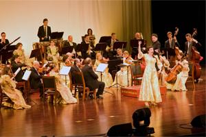 Johann Strauss Konzert Binzhou Concert Hall, China; Vienna Palace Orchestra unter der Leitung von Ernst Theis; Monika Medek, Sopran