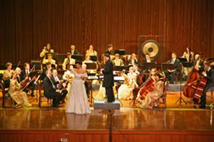 Johann Strauss Konzert Pengzhou Concert Hall, China; Schwipslied mit dem Vienna Palace Orchestra unter der Leitung von Ernst Theis; Monika Medek, Sopran