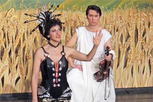 Konzertdirektion Schlote: Orpheus in der Unterwelt, Operettentheater Salzburg, Monika Medek, Oeffentliche Meinung; Christian Bauer, Orpheus; Foto: Rodo Wyss
