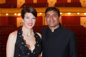 Monika Medek und Vijay Upadhyaya, Dirigent; nach der Auffuehrung von Ein deutsches Requiem von Johannes Brahms im Konzerthaus Wien